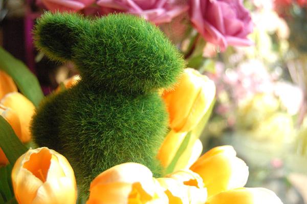 Кролик из искусственной травы