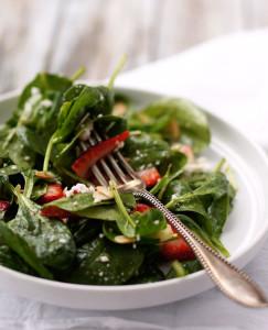 Салат из клубники с маковой заправкой