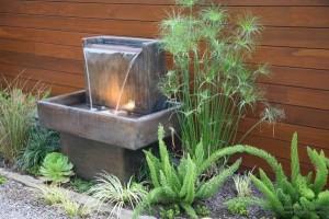 Настенный фонтан в саду своими руками